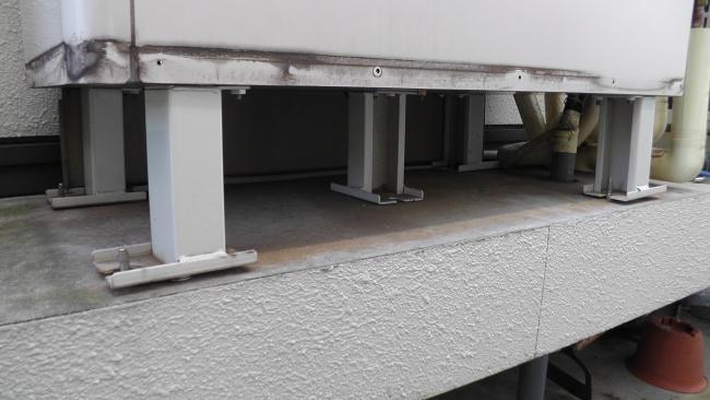 エコキュートの貯湯ユニット5脚のうち2脚が浮いている
