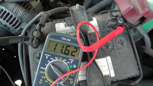 負荷をかけたときのバッテリー電圧