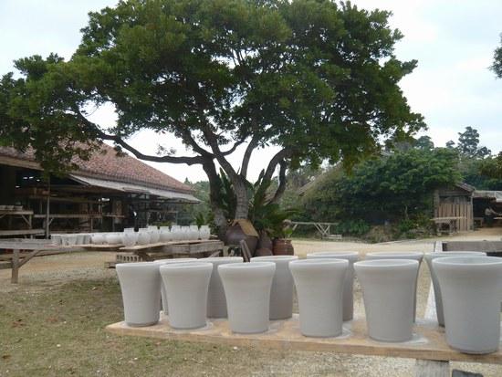 3やちむんの里 陶器と景色550.jpg