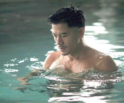 水の中のアーロン1.jpg