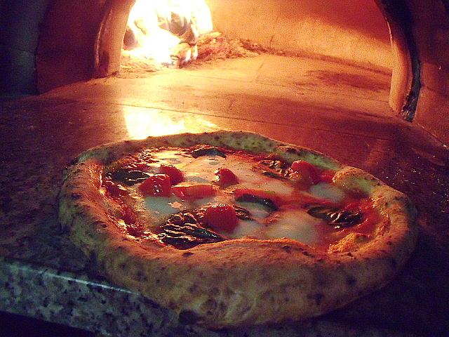 pizza margherita con pomodorini fureschi