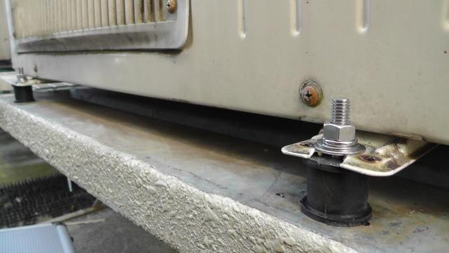 床暖房用の室外機も丸形防振ゴムで固定される