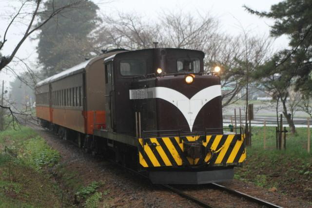 津軽鉄道 どしゃぶりの ストーブ列車が行く