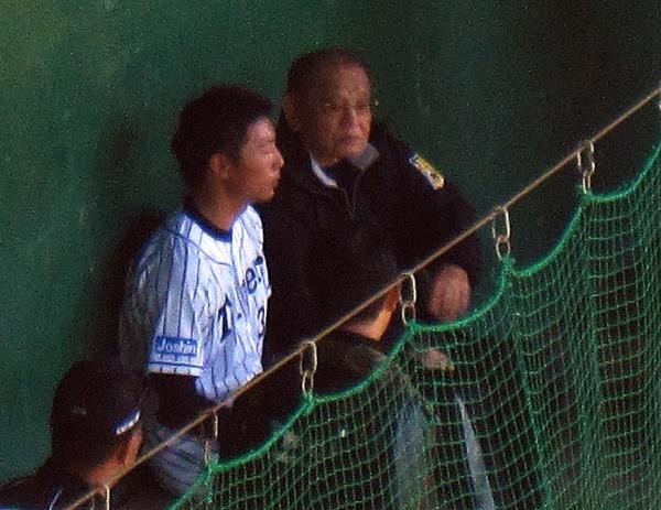 11石崎投手にもアドバイス.JPG