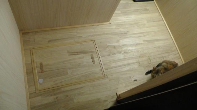 納戸に入ってすぐのところに床下点検口が
