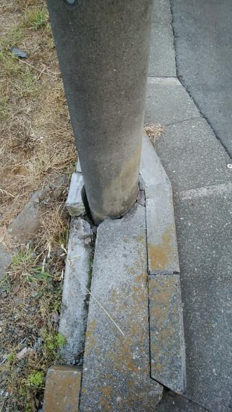 ぶつかった電柱の根元