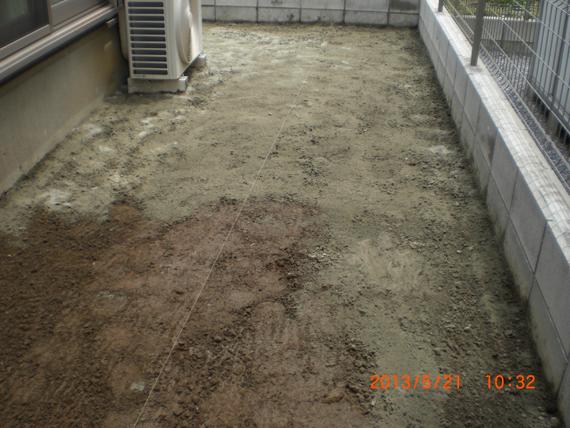 人工芝の施工。土壌改良工事。