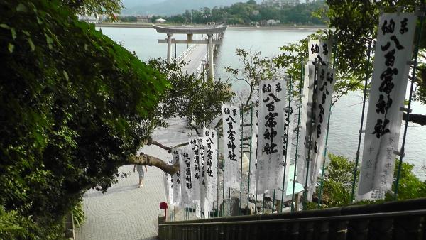 八百富神社の階段から竹島海岸を望む