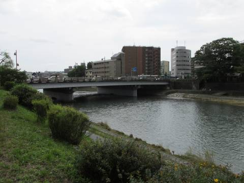e9701cbd3d 探訪 京都・下京 歴史と源氏物語の出会う場所 -1 六条河原院跡と光源氏の六条院、菊浜の案内板