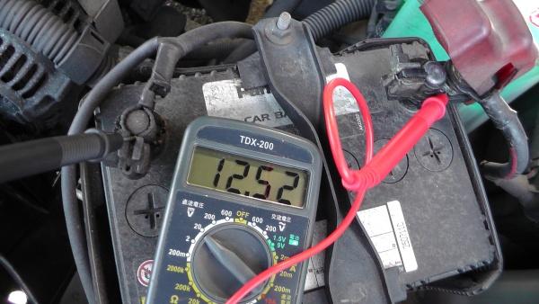 無負荷でのバッテリー電圧