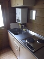 コテージ内キッチン 給湯設備完備。鍋・ヤカン・包丁もあります。