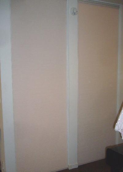 リイング階段をハニカムサーモスクリーンで仕切る