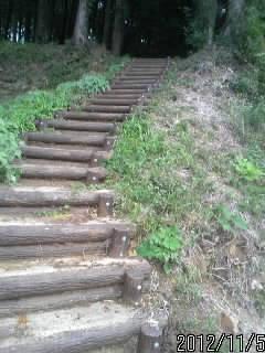 竪堀1への階段