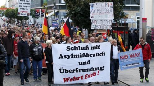 難民反対のデモ