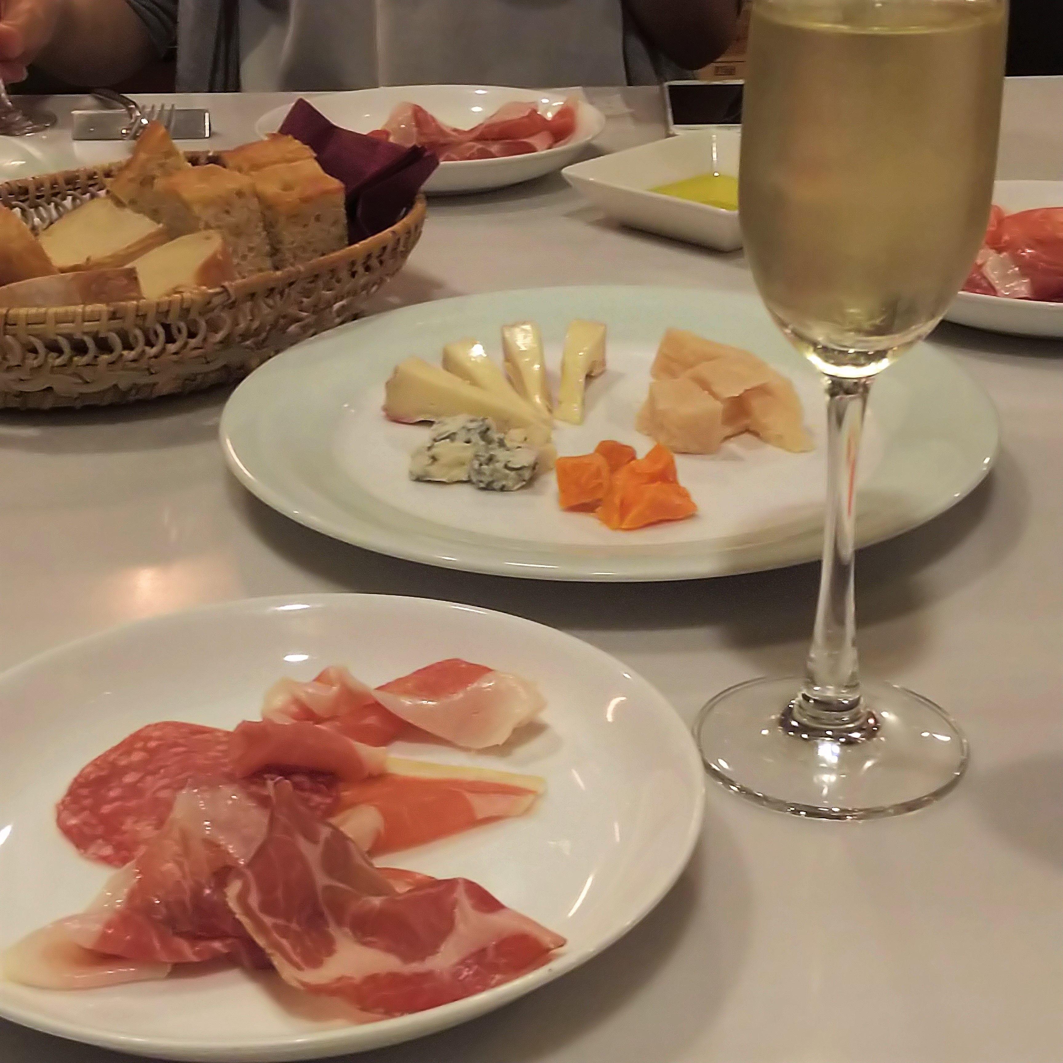 わいん家_生ハム&チーズ&スパークリングワイン