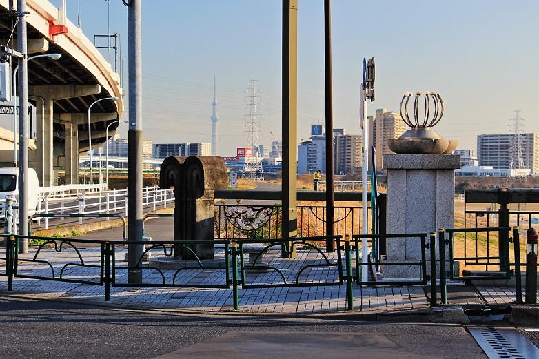 3.東詰の橋柱とオブジェ.JPG