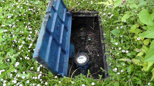 水道メーターボックスの中に土がいっぱい入っている
