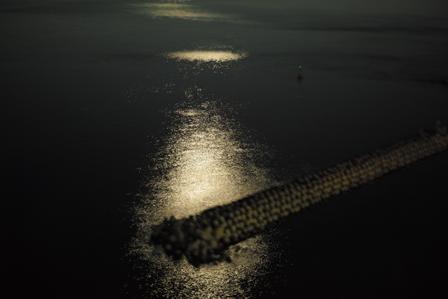 月の反射が綺麗な海.jpg