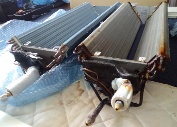 右が外した熱交換器、左が新しい熱交換器