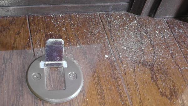 ブラシでホコリを掃き出す マグネット式ドアストッパーのフラップ