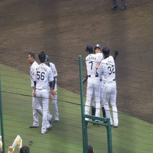 Nishioka hugged Toritani.jpg
