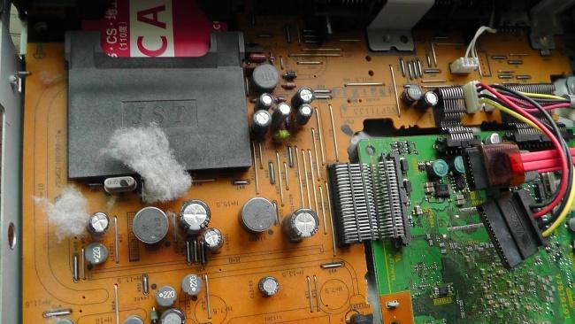 ハードディスクを外すと下から大きなホコリが現れる