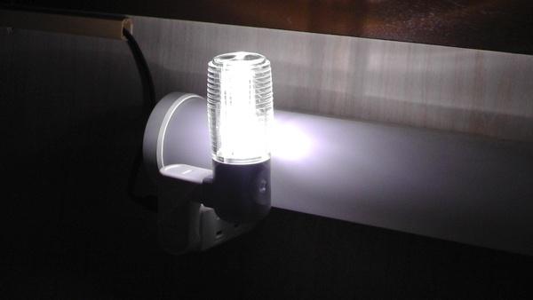 ヤザワの明暗センサー式LEDセンサーナイトライトのホワイト(NL30WH)