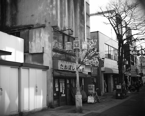 進んでいくとよりレトロになっていく川口市の商店街をVQ1015 R2で撮った写真です