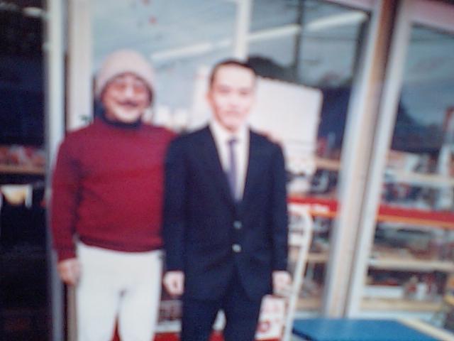 成人式の朝に、お店前で、に父と.JPG