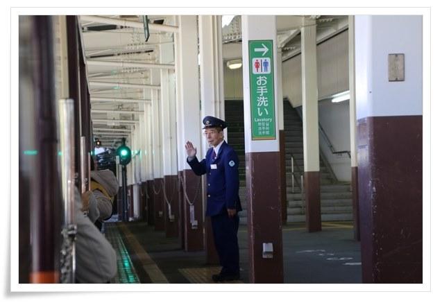 トロッコ電車出発・手を振る駅員さん 15.11.4 11:27