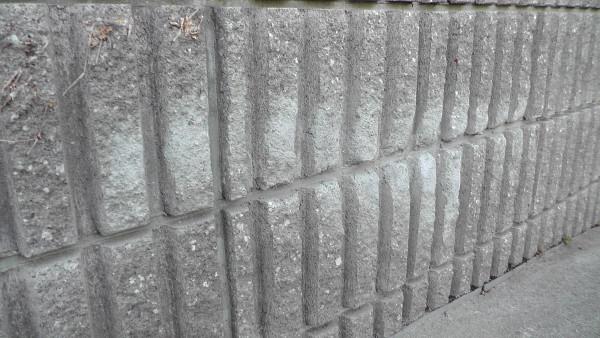 削れた擁壁のブロックが補修される