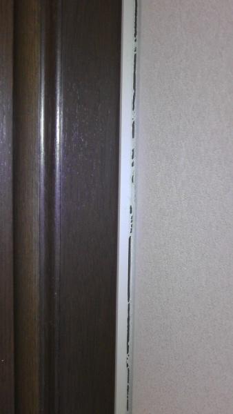 白いスペーサーと壁との間に2~3mmの隙間がある