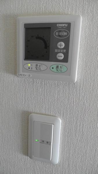2階ホールにある床暖房用コントローラーと照明用スイッチ
