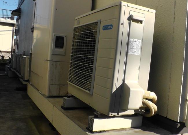 エコキュートの騒音対策として円柱状の防振ゴムで室外機を固定