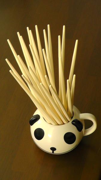 キリン生茶パンダのマグカップを箸立てとして使う