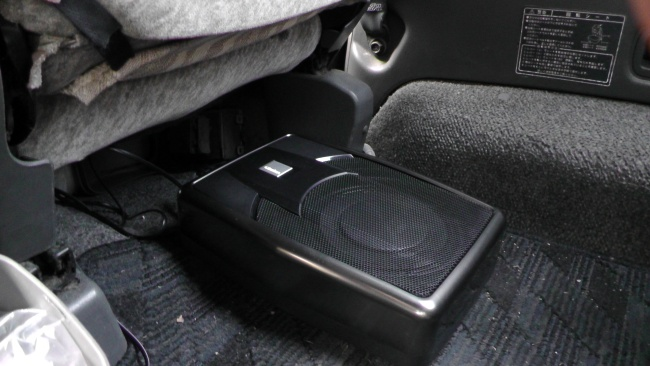 再び運転席下にアンプ内蔵サブウーファーを設置