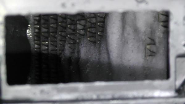 自動車エアコンが臭う原因になっている熱交換器を洗浄