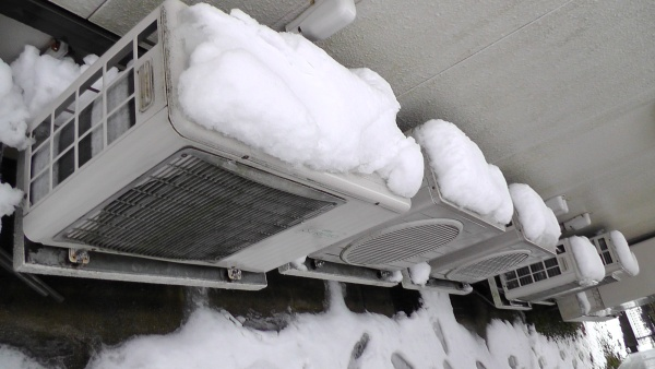 雪をかぶった室外機たち