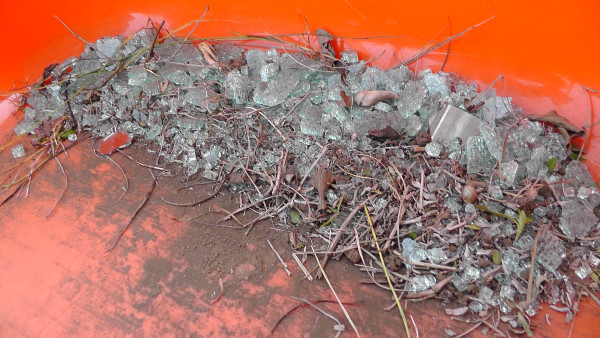 庭から吸い出した細かいガラスの破片