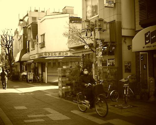 自転車の乗って買い物をする人が多い川口市の商店街をV1015 R2で撮った写真です
