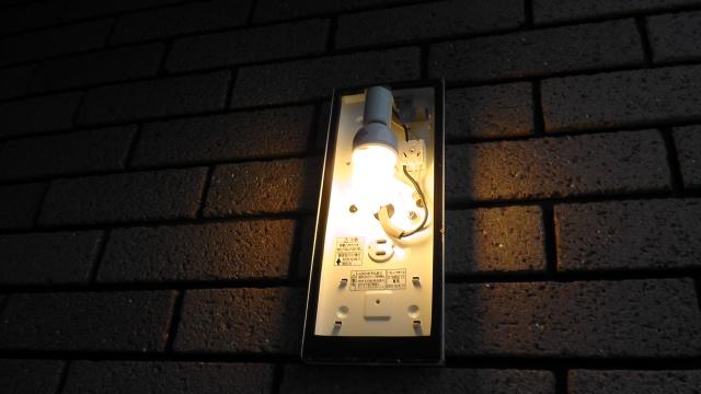 交換後に無事点灯した玄関ポーチライト
