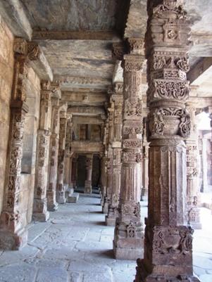 ヒンズー教の寺院を改造して建てられたので、イスラム色とヒンズー色が混在