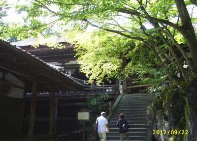 蓮如堂と本堂への石段