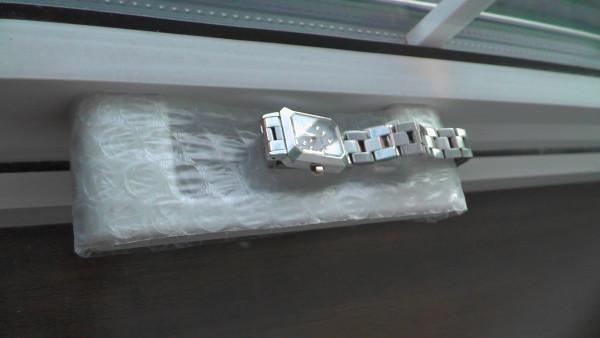 劣化した縦滑り出し窓のハンドルを保護してから腕時計を載せる