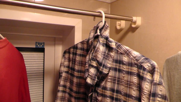 洗濯物が窓枠に入り込む