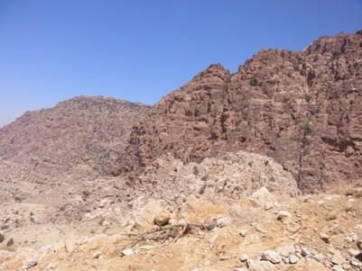 こんな岩に囲まれながら歩きます