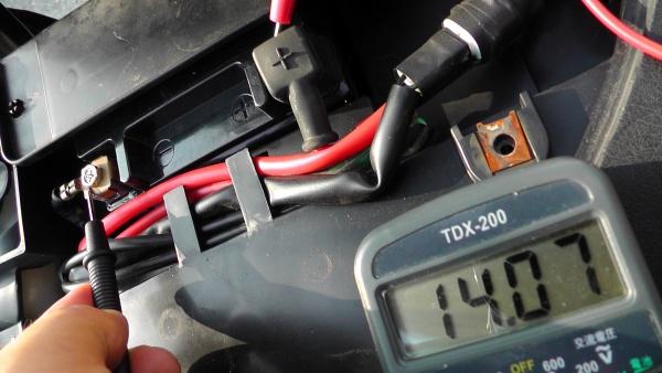 エンジンをかけたときの電圧