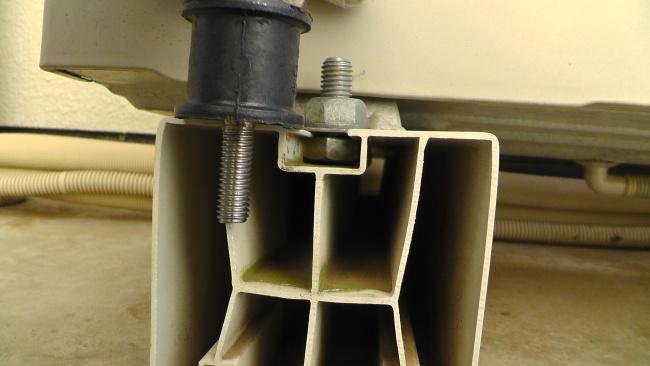 丸形防振ゴムのボルトを取り付けるため据付台の加工が必要