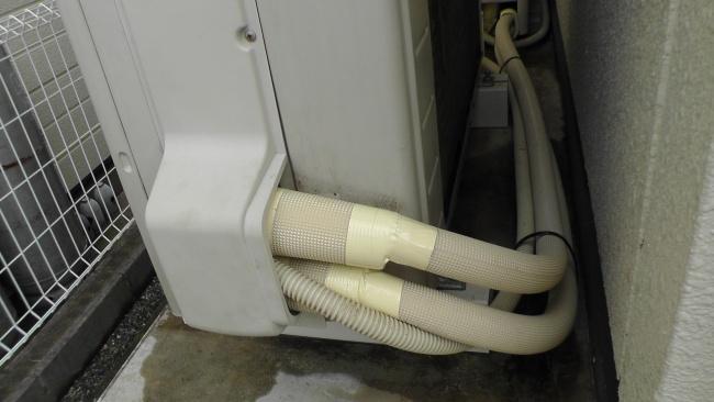 配管工事のやり直しで保温材が巻かれた配管
