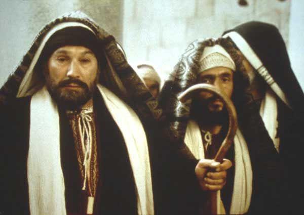 """フリークリスチャンの広場                                  ヾ(⌒▽⌒)ゞ【ユダヤ戦争】後の""""ユダヤ人""""達ははたしてどうなったのか?これを調べてみました。【ユダヤ戦争】(AD70年)""""エルサレム""""は【ローマ軍】に破壊され燃え上がり、【神殿】は崩れ落ちてしまいました。しかし、この時点では """"エルサレム""""居住が禁止された訳では無いので、 そのまま""""エルサレム""""に住む者も居たのでは無いでしょうか? (当然""""エルサレム""""以外の【ユダヤ人】は(ガリラヤ地方など)(、そのままの状態で住んでいました。)    完全に【エルサレム居住】が禁止されたのは、 """"第2次ユダヤ戦争""""と言われる【バル・コクバの乱】(AD115~117年)で、""""ローマ""""のあの映画""""テルマエ・ロマエ""""に登場する 【ハドリアヌス帝】の時代です。   【バル・コクバ】を中心とした""""ユダヤ""""の反乱お治めた【ハドリアヌス帝】は、 【エルサレム居住】を禁止し、""""ユダヤ地方""""を 【シリヤ・パレスティナ】と改名しました。 この時が一応の【イスラエルの滅亡】と言えるでしょう。実はこの後も、いきなり""""ユダヤ人""""が一斉に""""イスラエル""""から離散した訳でもなく、時代と共にじょじょに離散してゆきます。 その後もずっと、""""イスラエル""""に住み続けた人々も現在まで残っています。 (スファラデーユダヤ人(一部)&ミズラヒム・ユダヤ人)   【ユダヤ戦争】(第一次)後の 【ユダヤ教指導者】(サンヘドリン) は""""エルサレム神殿崩壊""""で従来の """"ユダヤ教祭儀""""が不能になり【ヤブネ】という""""ガリラヤ地方""""(ティベリヤの近く)に逃れたと 言います。 (以下のVTRは現在の【ヤブネ】結構発展した街ですね(^^)  (【ユダヤ戦争】後には、多くの逃れた""""ユダヤ人""""が""""ガリラヤ""""の【ティベリヤ】で生活しました。 (農地が多く産物に恵まれる豊かなガリラヤですから。) その後【サンヘドリン】(ユダヤ教指導者中枢)は、【ヤブネ】と近くの【ウシヤ】と言う町を行ったり来たりしたそうです。 (【ウシャ】は現在廃墟で、VTRは【キブツ ウシヤ】の様子。)  【エルサレム】神殿が崩壊した為、従来の祭儀(""""全焼のいけにえ""""等の儀式)が行えないので、""""儀式""""を抜きにした、現代の【ユダヤ教】が再編成されました。(下は""""トーラー"""")    またAD90年【ヤブネ会議】にて、まだ分離していなかった""""原始キリスト教(ナザレ派)を禁止する事が決定され、これから 【キリスト・イエス】を信仰する別個の 【キリスト教】としてスタートして行きます。   この経緯には、【ユダヤ戦争】当時、指導者であった【主の兄弟ヤコブ】(キリストの兄弟であるヤコブ)はすでに他界し、指導者を失った【エルサレム教会】幹部や信徒は、""""戦争""""で戦う事を避けて地方へ離散しました。 この事を""""ユダヤ教徒""""達は """"裏切り行為""""とみなし、【ナザレ派】 (原始キリスト教徒)を排除したと言う事です。 ((^^;)教義上、【キリスト教徒】は戦争などしないので、いたしかた無い事でした。)  ★【主の兄弟ヤコブ】https://ja.wikipedia.org/wiki/%E3%83%A4%E3%82%B3%E3%83%96_(%E3%82%A4%E3%82%A8%E3%82%B9%E3%81%AE%E5%85%84%E5%BC%9F)  このような経緯から、""""ユダヤ教内""""の「キリストを信じる」""""メシアニック・ジュー"""" (救世主を信じるユダヤ人)達は迫害され、 【ユダヤ教】から追い出されて行きました。 彼らは独自の""""シナゴーグ""""を形成し信仰を持つようになりました。 (現在でも存在する""""メシアニック・ジュー"""") ★【メシアニック・ジュー】https://ja.wikipedia.org/wiki/%E3%83%A1%E3%82%B7%E3%82%A2%E3%83%8B%E3%83%83%E3%82%AF%E3%83%BB%E3%82%B8%E3%83%A5%E3%83%80%E3%82%A4%E3%82%BA%E3%83%A0  彼らは【キリスト教徒】なのか?(⦿_⦿)と言うと、""""あいの子""""みたいなものでしょうか? 「キリストは信奉するし、救いも信じるが""""ユダヤ教徒""""としてユダヤ教儀式も行う」・・このような""""ユダヤ人""""も居て、やがて【キリスト教会】からも""""異端視""""され迫害される訳です。  古代では実は多くの""""ユダヤ人キリスト信徒""""にこのような人々が多く、最初は仲良くやっていたのですが、【キリスト教】が純粋化を図るようになると、""""異端視""""され、次第に【キリスト教会】から追い出されました。  彼らは独自の""""シナゴーグ""""を形成して、信仰を行うようになります。  (^^)厳密に言"""